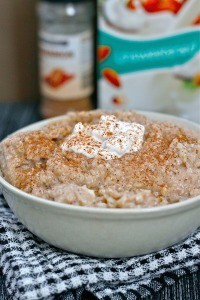 Cinnamon Bun Oatmeal- - Have an adding zing in your morning oats with these #glutenfree #sugarfree and #highprotein oats which clock in at under 250 calories! #breakfast - @thebigmansworld.com