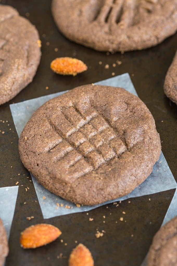 Flourless Mexican Hot Chocolate Cookies- Easy and just FOUR ingredients to make these flourless (gluten free!) cookies with a paleo and vegan option! @thebigmansworld - thebigmansworld.com