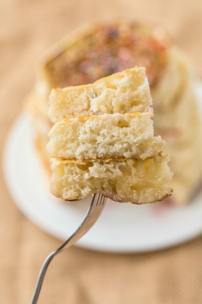 Pancakes di carboidrati a basso contenuto di carboidrati spessi e morbidi che sono COSÌ facili, deliziosi e a basso contenuto di calorie ma non diresti- I migliori pancakes low carb là fuori! {ricetta vegana, senza glutine, paleo} - thebigmansworld.com
