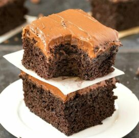 Healthy Flourless Sweet Potato Chocolate Cake (Paleo, Vegan, Gluten Free)- Moist, fudgy and dense, this easy one bowl cake recipe is perfect to enjoy dessert guilt-free with a hidden veggie! Sugar-free and dairy-free. | #healthy #healthycake #sugarfreerecipe #lowcarbrecipe #flourlesscake | Recipe on thebigmansworld.com