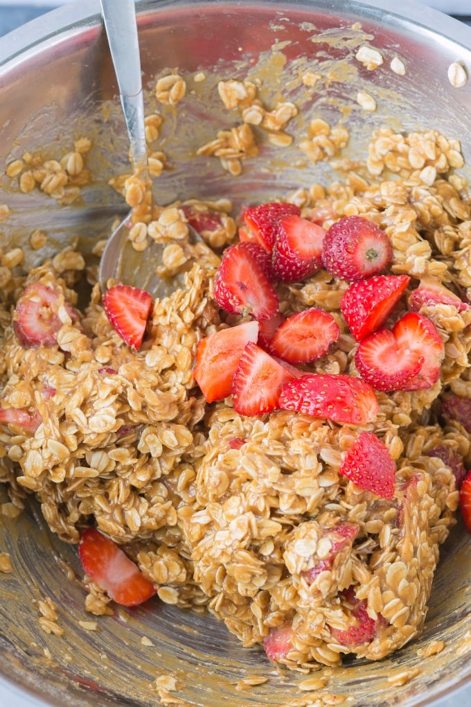 Learn how to make fresh strawberry cookies using rolled oats, banana and fresh strawberries.